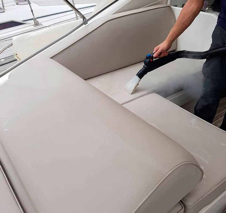 Il vapore igienizza gli interni di una barca
